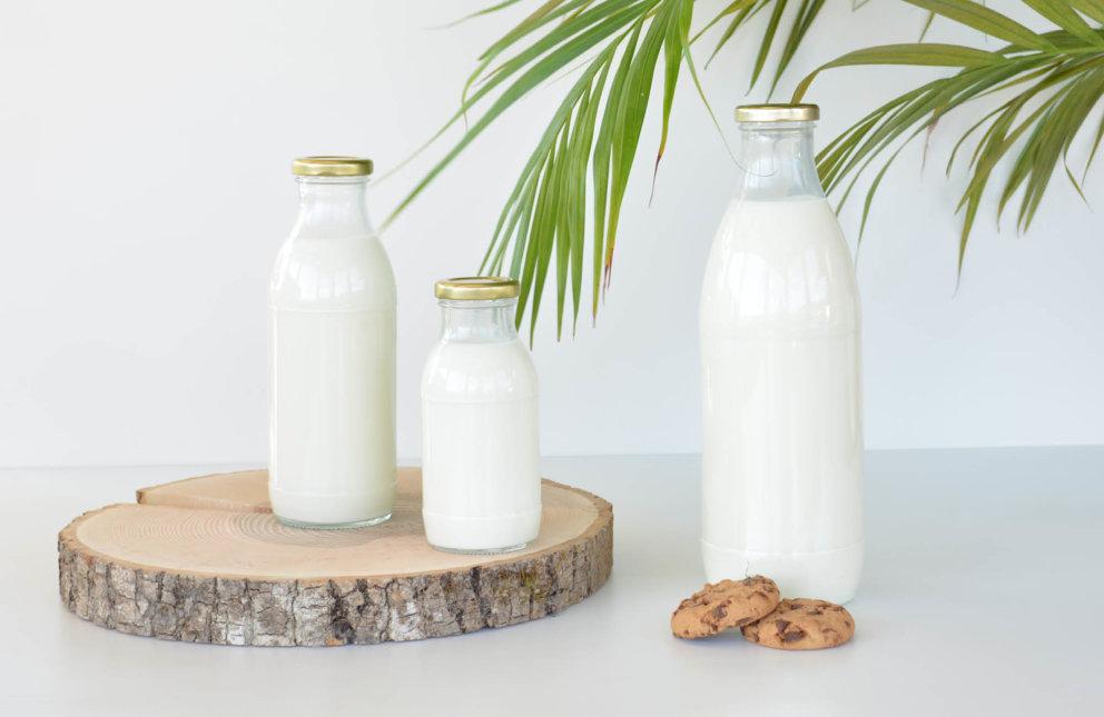 Gefüllte Milchflaschen in unterschiedlichen Größen