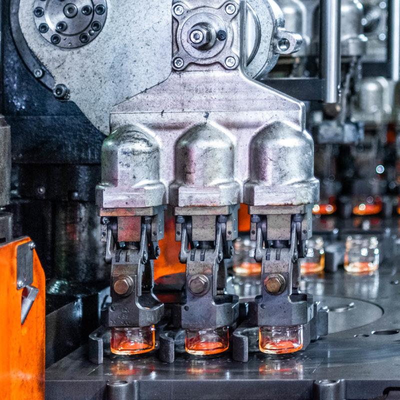 Stoelzle Glasproduktionsmaschine am heißen Ende
