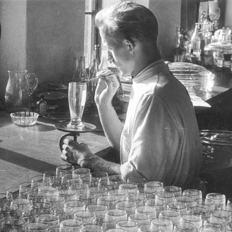 Historic picture of man decoarting drinki9ng glass at Austrian glass plant