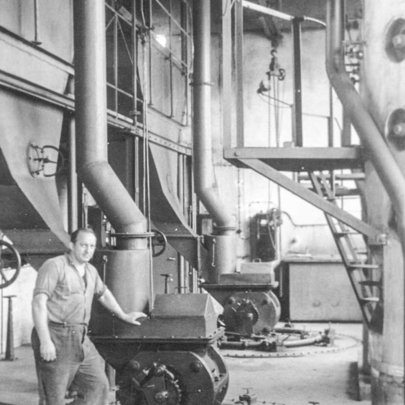Historic picture of a generator and an operator in Austrian glass plant
