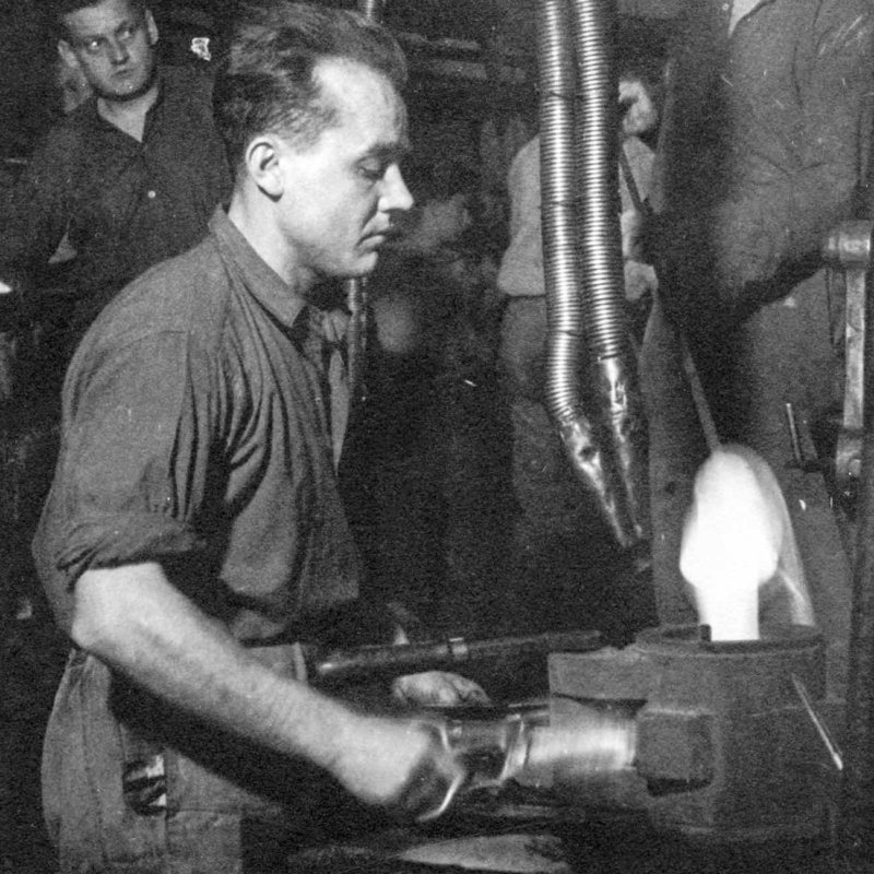 Historic picture of forming process of mouthblown glass
