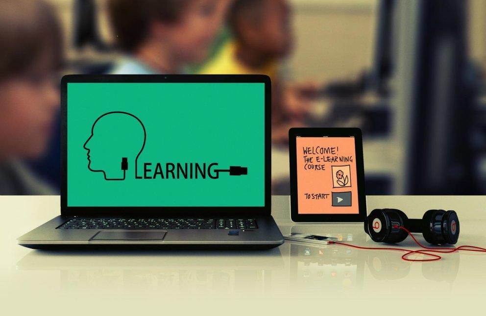 EDV Zubehör, Laptop mit Schülern im Hintergund